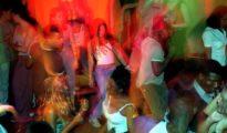 Jóvenes bailan en la pista de una discoteca after hours de Madrid (El País)