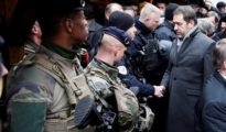 El ministro francés de Exterior, Christophe Castaner visita el mercado de Estrasburgo en su reapertura