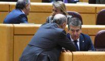 El portavoz del PP en el Senado, Ignacio Cosidó conversa con un compañero.