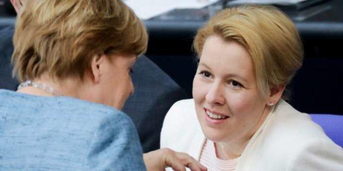 La ministra FranziskaGiffey (de frente) conversa con Angela Merkel