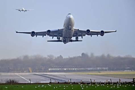 Un avión despega del aeropuerto londinense de Gatwick.