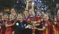 Las jugadoras de España levantan la copa de campeonas del mundo.