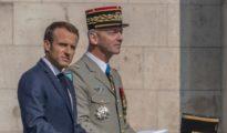 Emmanuel Macron y el general Antoine Martínez.