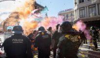 Los Mossos d'Esquadra cargan en Barcelona contra independentistas que pretendían llegar a la sede de la Jefatura Superior de Policía