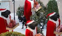 Una mujer en un centro comercial decorado con motivos navideños en Pekín, China, el 12 de diciembre de 2017 (RT)