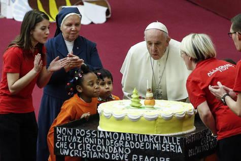 El domingo el Papa sopló las velas de una gran tarta regalo de los pequeños del dispensario 'Santa Marta' del Vaticano