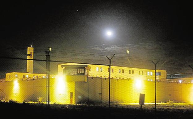 Vista nocturna de la cárcel de Picassent en una foto de archivo.