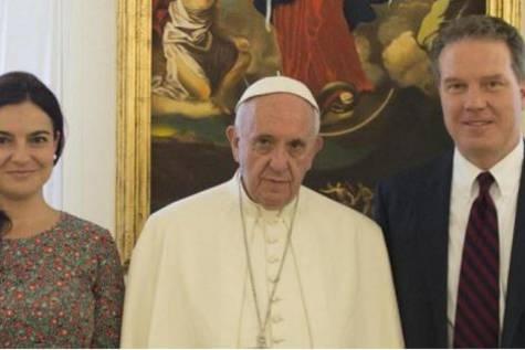 El papa Francisco, junto a los dos portavoces que han dimitido/ Vaticano