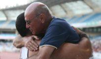 Millán abraza a un atleta.