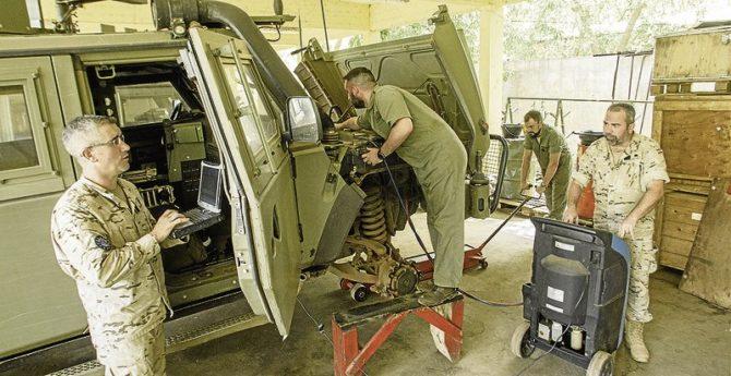 Soldados trabajan en un lince, el principal vehículo de las tropas españolas
