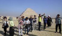 Un grupo de turistas fotografía las pirámides en Guiza (Egipto).