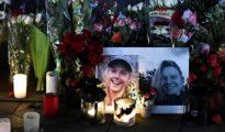Varias personas encienden velas durante una vigilia en honor a las dos turistas escandinavas asesinadas el pasado 17 de diciembre en Marruecos