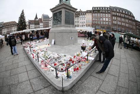 Flores, velas y mensajes cerca del lugar del atentado de Estrasburgo