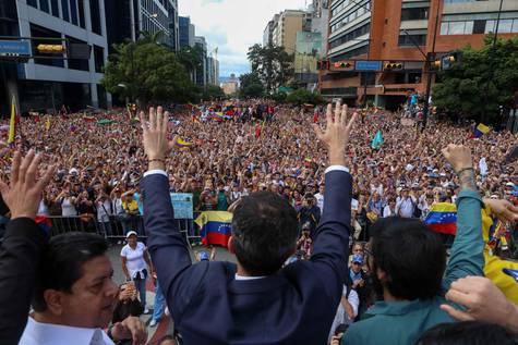 El presidente del Parlamento venezolano, Juan Guaidó, saludando a miles de opositores