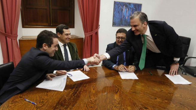 Representantes del PP y de Vox sellan el acuerdo para el cambio de gobierno en Andalucía (Okdiario)