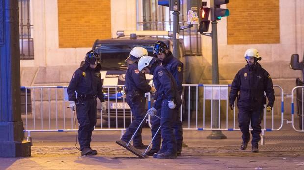 Agentes de la Policía evalúan la Puerta del Sol antes de las campanadas