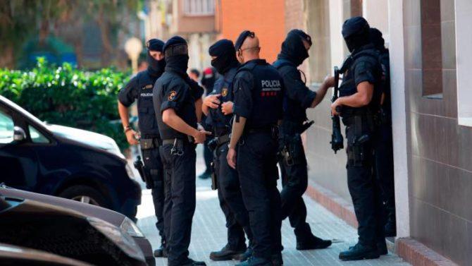 Agentes de los mossos están realizando varios registros, uno de ellos en Ciutat Vella / Archivo
