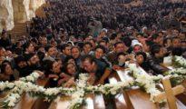 Egipcios coptos lamentan la muerte de cristianos.