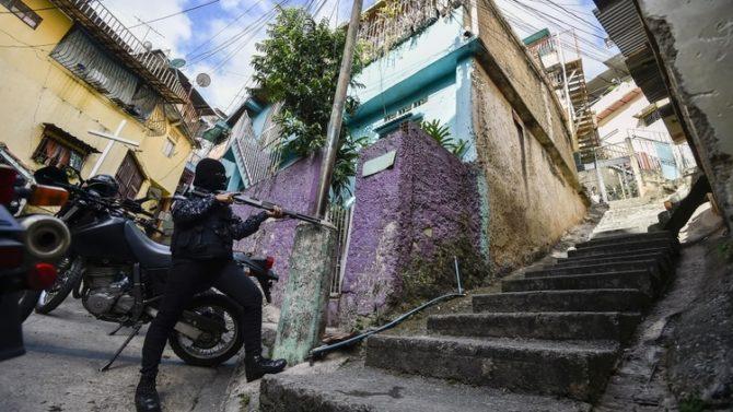 La Fuerza de Acción Especial de la Policía Nacional Bolivariana actúa en los barrios más pobres de Venezuela