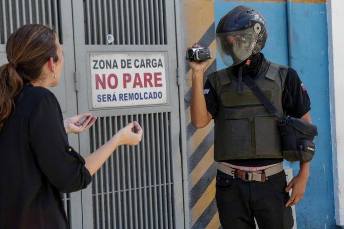 Una diputada de la Asamblea Nacional venezolana confronta a un funcionario encapuchado del SEBIN en las puertas del Helicoide.