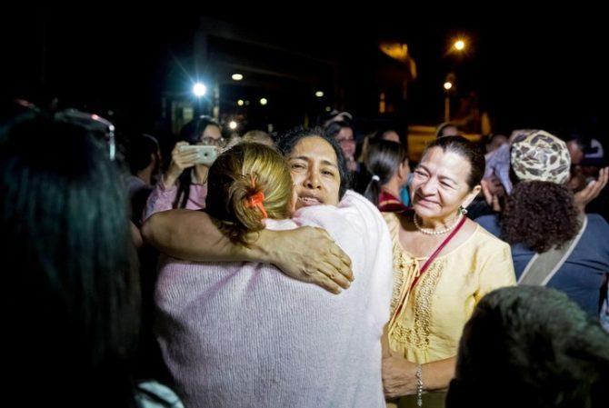 """María Pérez, abraza a sus familiares luego de su liberación, en las inmediaciones de """"El Helicoide."""