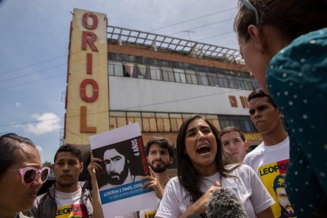 Manifestantes protestan en el exterior de la sede del Servicio Bolivariano de Inteligencia (Sebin), también conocida como Helicoide