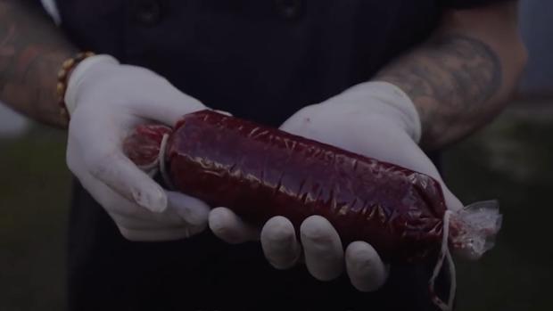Raúl Escuín muestra una morcilla que ha elaborado con su propia sangre - Play Ground
