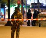 En la imagen, policías y militares acordonan el escenario de un ataque terrorista en el que perdió la vida un policía. París, 27 de abril de 2017.