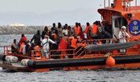 Llegada al puerto de una patera rescatada en el mar de Alborán.