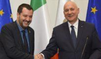 El ministro del Interior de Italia, Matteo Salvini (iza.), junto con su homólogo polaco, Joachim Brudzinski, en Varsovia, 9 de enero de 2019.