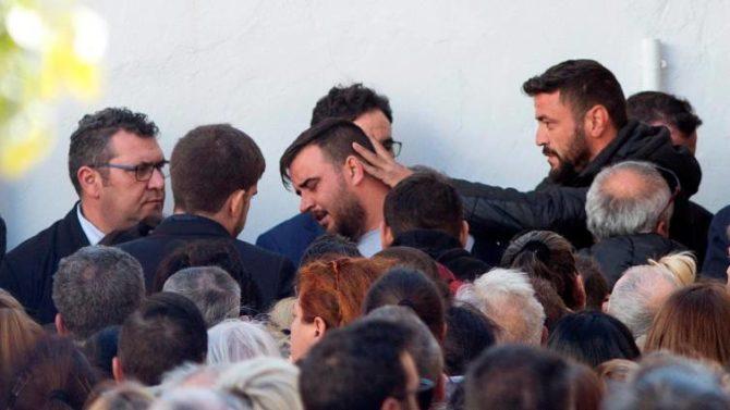 Cientos de personas acompañaron a los padres del pequeño Julen ayer en el tanatorio de El Palo (Málaga)