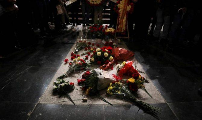 Aspecto de la tumba de Franco llena de flores.