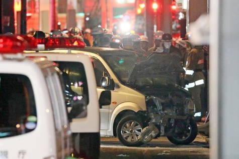 Los agentes retiran el vehículo que provocó el atropello múltiple en Tokio