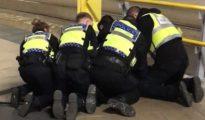 Policías británicos atienden a una de las víctimas del apuñalamiento en la estación de Manchester.