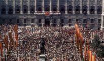 Una multitud se congrega en la plaza de Oriente de Madrid para para protestar por la injerencia extranjera en los asuntos de España y expresar su apoyo al Jefe del Estado, Francisco Franco, en su última aparición pública.