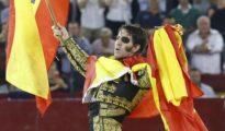 Juan José Padilla da la vuelta al ruedo envuelto en banderas de España