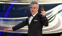 """El director Alfonso Cuarón recoge uno de los Oscar logrados por su película """"Roma"""""""