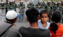 Venezolanos en la frontera con Brasil hacen frente a los guardias nacionales