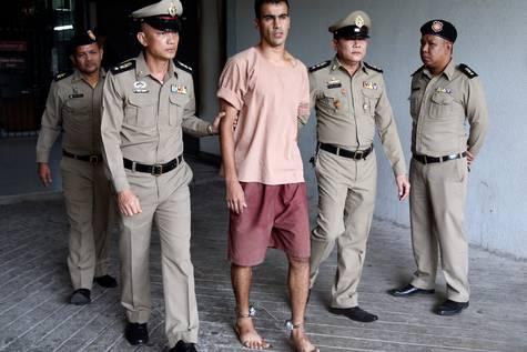 El futbolista bareiní Hakeem al Araibi caminando con unos grilletes en los tobillos a su llegada al juzgado de Bangkok