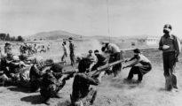 En la imagen, ejecución de kurdos y de individuos de otras filiaciones por fuerzas del régimen islamista en 1979.