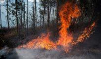 Incendio en los montes próximos a la localidad cántabra de Ramales de la Victoria