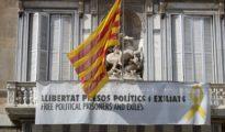 Fachada de la Generalitat, donde cuelga un cartel y un lazo amarillo reivindicando la libertad de los políticos presos.