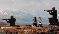Varios turistas observan el lado sirio desde el paso fronterizo de Ben Tal, en los Altos del Golán (Israel)