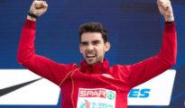 Álvaro Martín celebra en el podio de los 20 km. marcha del Europeo de Berlín.