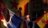 Miembros de la organización Arran, vinculada a la CUP, queman la bandera de España, Francia y la UE