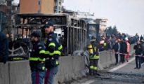 Los servicios de emergencia italianos junto al autobús calcinado