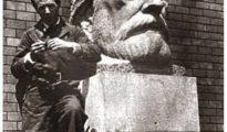 Barral y el busto de Pablo Iglesias.