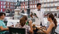 Un camarero en el centro de Madrid