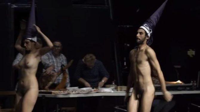Los actores desnudos y con capirotes de nazareno
