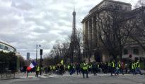 """En la imagen, los manifestantes de los """"chalecos amarillos"""" cerca de la Torre Eiffel de París, el 2 de marzo de 2019."""